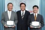 전자신문사와 정보통신부가 공동 주관하는 신소프트웨어상품대상 8월상 시상식이 30일 서울 광화문 정통부 청사에서 열렸다. 수상자로 선정된 박동기 아이앤텍 대표(오른쪽)가 김창곤 차관(가운데)으로부터 상패를 받았다.