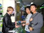 용산의 한 전자상가에서 웨스턴디지털의 200GB HDD를 구매한 소비자들이 사은품인 가방을 받고 있다.