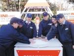 김무일 INI스틸 부회장(사진 중앙 좌측)과 김덕호 노조위원장(사진 중앙 우측) 등 임직원들이 INI스틸 타임캡슐의 매설 봉안 버튼을 누르고 있다.