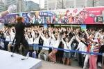 300명의 참가자들이 승리의 V를 표시하고 있다.