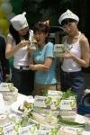 네티즌이 선정한 아줌마의 날(5월31일)을 앞두고, CJ는 백설 행복한 콩 두부 출시를 기념해 25일 서울 반포 아파트 단지에서 클래식 선율이 흐르는 가운데 '아줌마들을 위한 행복한 두부파티'를 열었다.