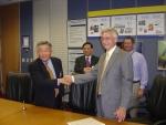 14일(한국시간) 미국 사우스캐롤라이나 주 그린빌 소재 미쉐린 북미 본사에서 효성과 미쉐린의 스틸코드 장기공급 및 공장인수계약이 체결되었다. 사진은 계약서에 서명하고 있는 석연호(Suk Yeun-Ho) 효성 아메리카 대표와 마틴 워들(Martin Wardle) 미쉐린 구매담당 부사장. 뒷줄은 전영관(Choun Young-Kwan)효성 타이어 보강재 PU사장과 짐 미켈리(Jim Micali) 미쉐린 북미회장