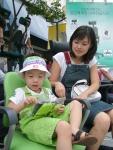 서울 신세계백화점 미아점에서 열린 '듀오백 허리건강 캠페인'에서 한 소비자가 직접 듀오백의자에 앉아 보는 체험행사에 참여하고 있다.