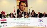 GS건설 플랜트사업본부장 우상룡 부사장(사진 가운데)과 Mohammed Atef(모하메트 아테프) ELAB회장(오른쪽 세번째)이 계약서명식에 참여하고 있다.