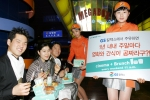 (시네마브런치) 메가박스영화관에서 고객이 브런치를 먹으며 개봉작을 즐겁게 관람하고 있는 모습.