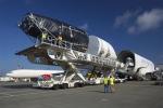 보잉의 최신의 787 드림라이너(Dreamliner) 조립에 사용될 3개의 대형 복합 동체 부품이 보잉의 에버렛 공장에 도착했다