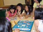 2006년 우수파트너 자녀 캠프에서 참가학생들이 '보드게임-에너지야, 경제야'를 통해 알기 쉽고 즐겁게 에너지 산업의 기본 개념을 배우고 있다.