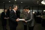 07년 12월 4일, 삼성생명 6층 경영회의실에서 이수창 사장이 대상 수상자(이정헌 씨,이정진)에게 시상하는 장면