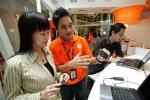 말레이시아 쿠알라룸프루 현지 U모바일 대리점에서 한 고객이 3G서비스에 대해 설명을 듣고 있다.