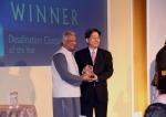 박윤식 두산중공업 담수BG장(오른쪽)이 영국 런던에서 열린 GWI 컨퍼런스에서 2006년 노벨평화상 수상자이자 그라민 은행 총재인 무하마드 유누스(Muhammad Yunus)로부터 2008 글로벌 워터 어워드(Global Water Awards 2008) '올해의 담수 기업'(Desalination Company of the Year) 부문 최우수상 트로피를 수상하고 있다.