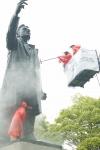 KTF 임직원과 역사지킴이 30여명이 윤봉길 선생의 동상에 겨우내 쌓여있는 먼지를 거품솔질과 물 세척으로 깨끗이 청소하고 있다.