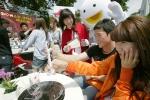 연세대학교 축제날 쇼킹스폰서 존에서 학생들이 쇼군과 빨간망토 소녀와 함께 경품 이벤트에 참여하는 모습