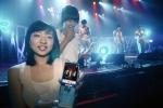 지난 6월 31일(토) 능동 어린이대공원 내 돔아트홀에서 열린 가수 V.O.S의 콘서트의 실시간 중계 동영상을 KTF 고객이 휴대폰을 통해 보고 있다.