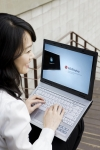 LG디스플레이는 야외에서는 백라이트 대신 태양광으로 화면을 구현할 수 있는 14.1인치 노트북PC용 LCD를 개발했다고 밝혔다.