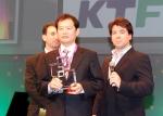 KTF 글로벌사업실장 안태효 전무가 바르셀로나 현지에서 글로벌 모바일 광고상을 수상하고 있다