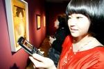 서초동 예술의 전당 한가람 미술관에서 열리고 있는 '구스타프 클림트展'에서 KTF 도우미가 휴대폰에서 서비스되고 있는 작품과 동일한 작품을 감상하고 있다