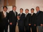 박윤식 두산중공업 Water BG장(왼쪽에서 세번째)이 스위스 취리히에서 열린 GWI 컨퍼런스에서 2007년 노벨평화상 수상자인 엘고어 미국 전 부통령(Albert Arnold Gore, 왼쪽에서 두번째)으로부터 2009 글로벌 워터 어워드(Global Water Awards 2009) '올해의 담수 플랜트'(Thermal Desalination Plant of the Year) 부문 최우수상 트로피를 받고 있다.