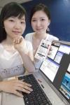 KTF 도우미가 폰메신저인 '쇼 무브'의 PC메신저를 사용하며 휴대폰 이용고객과 채팅을 하고 있다