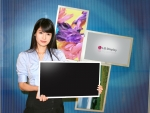 업계최초 모니터용 LCD 月 판매 '400만대' 돌파를 기념해 LG디스플레이 직원이 21.5인치 와이드 모니터용 LCD패널을 선보이고 있다.
