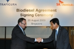 SK케미칼의 Green Chemicals Biz대표 이문석 부사장(右)이 트라피규라 사와 바이오 디젤 장기공급계약을 체결한 후 트라피규라 사의 석유제품사업부문대표 톰 오브라이언(Tom O'Brien)과 악수하고 있다.