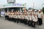 김창근 부회장(앞줄 정가운데)이 수원공장을 찾아 임직원들과 함께 무사고 1,000만인시 기념사진을 찍고 있다.
