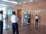 아이엠티 아트이 제작한 높이 약 2m50cm인 모나리자그림이 복제화로 제작되어 건물 벽에 설치되기 전 모습