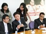 페루 교통통신부 시찰단이 8일 인터넷 집전화 1위 사업자인 LG데이콤을 방문, myLG070 서비스를 체험하고 있다.