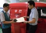 우체국 직원이 공인인증서를 신청한 고객을 찾아가 대면확인을 하고 공인인증서를 발급해주고 있다. 한국정보인증 제공