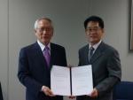 한국정보인 김인식 대표(왼쪽)와 A3시큐리티 한재호 대표가 통합보안 공동사업을 위한 전략적 제휴를 체결하고 있다.