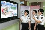 경찰청 여성청소년과 신영숙 경감과 경찰들이 국내 최초 IPTV 공공기관 양방향 홈채널 서비스 '행복세상 만들기'를 시청하고 있다.