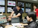 LG데이콤은 국내 최초의 인터넷데이터센터(IDC)인 'LG데이콤 IDC 논현센터' 개소 10주년을 맞아 오는 12월 31일까지 고객사은행사를 펼친다. 사진은 LG데이콤 직원들이 지난 4월말 오픈한 10번째 IDC센터인 'LG데이콤 IDC 가산센터'에서 고객 서버 및 네트워크 트래픽 현황 등을 점검하고 있는 모습