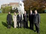 박용성 두산중공업 회장(왼쪽 세번째), 자크 로게 국제올림픽위원회(IOC) 위원장(왼쪽 네번째), 이형구 작가(왼쪽 첫번째) 등 기증식 참석자들이 18일 스위스 로잔 IOC 박물관에 전시될 작품 앞에서 기념촬영을 하고 있다.