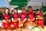 SK케미칼 김창근 부회장(가운데)과 직원들이 자신이 버무린 김치를 자랑하고 있다.