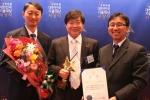 SK케미칼 생명과학연구소 엄기안 신약연구실장(가운데)이 대한민국 기술대상에서 지식경제부 장관상을 수상하고 프로젝트를 수행한 제제팀원들과 미소짓고 있다.