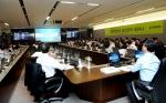 지난 22일(화) 현대건설 본사 8층 대회의실에서 열렸던 '경제전망 세미나' 장면. 이날 현대건설 국내외 4천여 임직원이 인터넷 생중계로 이날 세미나를 동시에 시청했다.