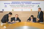 현대중공업 오병욱 사장(왼쪽 두번째), 대우인터내셔널 김재용 사장(오른쪽 두번째)이 14억불 규모의 미얀마 쉐(SHWE) 가스전 공사 계약서에 사인을 하고 있다.