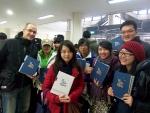 """""""한글 다이어리로 한국어와 한국 문화 예술 배워요."""" 퍼니피쉬㈜가 주최한 한글 다이어리 나눔 행사에서 이철수 자연 다이어리를 받고 웃음짓는 연세대 한국어학당의 외국인 학생들."""