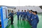 현대중공업 기술교육원에서 기술연수생들이 태양광발전시스템의 작동 원리를 배우고 있다.