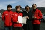 지난해 11월 한국 최초 무오일 주행 기네스기록을 수립한 이후 기념촬영하고 있는 모습. 사진 왼쪽에서 두 번째가 (주)모리스오일 오세영 대표, 세 번째가 김덕은 한국기록원 원장.