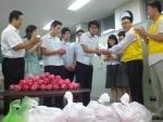 교장선생님과 학생들이 저금통에 담고 전달하는 모습