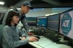 ADT캡스의 무인 경비 중앙 관제 시스템 'ADT 블루 마스터'를 통해 고객의 안전 상황을 실시간으로 모니터링 하는 모습