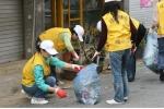 오치동 아름다운거리만들기 청소봉사에 나선 광주 시온교회 성도들 모습