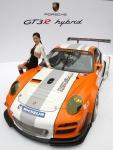 포르쉐가 8일 서울 중구 태평로에 위치한 서울 파이낸스센터에서 고성능 경주용 하이브리드 차량인 911 GT3 R 하이브리드를 공개했다. 진보된 하이브리드 기술을 담아 연비와 효율을 올리고 성능까지 향상시킨 GT3 R 하이브리드는 전륜축에 있는 2개의 60kW(81hp) 전기모터와 함께 후륜에 있는 480마력의 6기통 동력장치를 가속시켜 극대화된 성능을 발휘한다. 국내 첫 선을 보이는 911 GT3R 하이브리드는 오는 12월 10일부터 12일까지