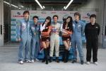 한국오토모티브컬리지 미케닉 체험 프로그램에 참가한 학생들과 시케인 레이싱팀의 밤바타쿠 선수