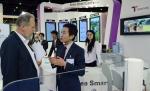 한국스마트카드는 오는 13일까지 아랍에미리트(UAE) 두바이에서 개최 중인 2011 세계대중교통박람회(59th UITP World Congress 2011)에 참가해 첨단 IT기술력을 바탕으로 한 티머니 교통카드시스템을 소개하고, 성공적인 운영 노하우를 바탕으로 교통카드시스템에 대한 컨설팅을 제공하고 있다. 사진은 외국 바이어가 한국스마트카드 부스에서 티머니의 대중교통 솔루션에 대한 설명과 컨설팅을 제공 받는 모습이다.
