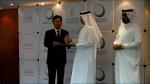 백낙영 두산중공업 상무가(왼쪽) 27일 오후(현지시각) 알 타이어(Al Tayer)  두바이수전력청 총재로부터 두바이에서 공사를 수행하는 업체 가운데 무재해안전 분야에서 최고 성과를 거둔 회사에 주는 '2010 HSE 베스트 컨트랙터 어워드(Best Contractor Award)를 수상하고 있다