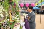 안희정 충남지사는 불기 2555년 부처님오신날을 맞아 예산 수덕사에서 열린 봉축 법요식에 참석 관불의식(아기부처님 목욕 의식)을 하고 있다.