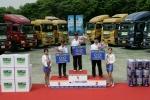 사진은 대회 입상자들이 대형트럭 『트라고』를 배경으로 우승 기념 촬영을 하고 있는 모습.  (좌측부터) 3위 김건우씨 (48세), 1위 신융복씨 (54세), 2위 이성휘씨 (43세)
