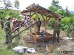 푸상캄 마을에서 우물을 시공 중인 환실련 관계자 및 주민들