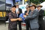 볼보트럭 코리아 김영재 사장이 서비스 캠프에 참가한 고객에게 볼보 순정 엔진오일을 전달하고 있다.